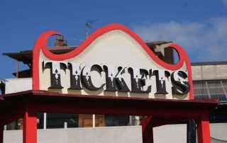 Insegna tickets per attrazione parco a tema